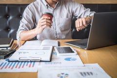 Zakenman het werk het investeringsproject op laptop computer met rapportdocument en analyseert, berekenend financi?le gegevens ov royalty-vrije stock foto's