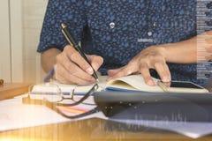 Zakenman het werken bij het werklijst, Bureaumusici, controlelijst planning onderzoekt enthousiast Stock Afbeelding