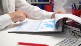 Zakenman het werken en het berekenen, lezen en schrijven rapporten Bureauwerknemer, lijstclose-up Bedrijfs financiële boekhouding stock videobeelden