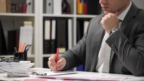 Zakenman het werken en het berekenen, lezen en schrijven rapporten Bureauwerknemer, lijstclose-up Bedrijfs financiële boekhouding stock video