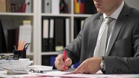Zakenman het werken en het berekenen, lezen en schrijven rapporten Bureauwerknemer, lijstclose-up Bedrijfs financiële boekhouding stock footage