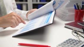Zakenman het werken en het berekenen, lezen en schrijven rapporten Bureauwerknemer, lijstclose-up Bedrijfs financi?le boekhouding stock videobeelden