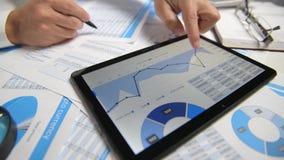 Zakenman het werken en het berekenen, lezen en schrijven rapporten Bureauwerknemer, lijstclose-up Bedrijfs financi?le boekhouding stock footage