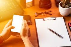 Zakenman het werken met smartphone en maakt bericht Stock Fotografie