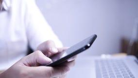 Zakenman Holding en het Gebruiken van Smartphone royalty-vrije stock afbeeldingen