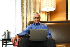 Zakenman in hotelruimte Royalty-vrije Stock Afbeelding