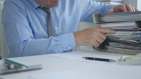Zakenman Image Working in het Bureau van het Boekhoudingsarchief stock afbeeldingen