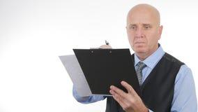 Zakenman Job Checking en het Ondertekenen van Officiële Documenten royalty-vrije stock foto