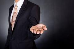 Zakenman lege open tot een kom gevormde handen Concept het geven of holdin Stock Foto