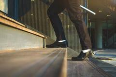 Zakenman Legs Walking Up de Treden royalty-vrije stock afbeelding