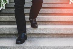 Zakenman Legs Walking Up de Treden stock foto's