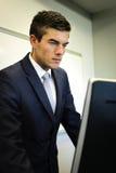 Zakenman Looking At Computer Stock Afbeeldingen