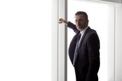 Zakenman Looking Out een Groot Venster royalty-vrije stock afbeeldingen