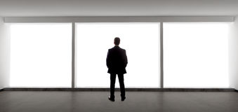 Zakenman Looking Out een Groot Venster Royalty-vrije Stock Fotografie