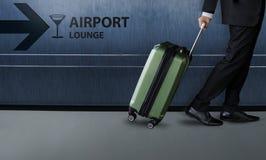 Zakenman met bagagegang binnen de terminal van het luchthavenvertrek Royalty-vrije Stock Afbeelding
