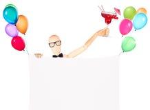 Zakenman met banner, ballons en cocktail Royalty-vrije Stock Fotografie