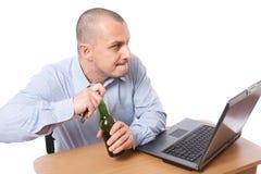 Zakenman met bier in het bureau stock fotografie