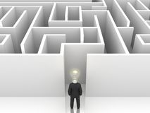 Zakenman met bol voor een geheimzinnig labyrint Stock Afbeelding