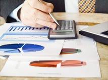 Zakenman met calculator. Stock Afbeelding