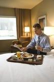 Zakenman met de Bediening op de kamer van het Hotel Stock Foto's