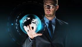 Zakenman met de virtuele projectie van de aardebol Stock Fotografie