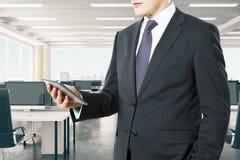 Zakenman met digitale tablet in het moderne bureau van de open plekzolder Stock Afbeeldingen