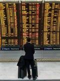 Zakenman met een aktentas op een achtergrond van vertrekraad bij luchthaven royalty-vrije stock fotografie