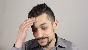 Zakenman met een baard die na Groot Bedrijfsverlies denken stock videobeelden