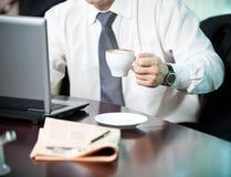 Zakenman met een kop van koffie stock afbeeldingen