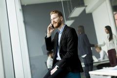 Zakenman met een telefoon Royalty-vrije Stock Afbeelding