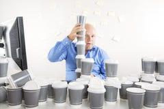 Zakenman met extreme koffieverslaving Stock Afbeelding