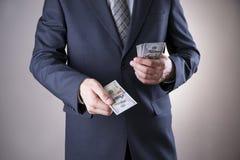 Zakenman met geld in studio Het concept van de corruptie stock foto