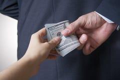 Zakenman met geld in studio Het concept van de corruptie Honderd dollarsrekeningen stock foto