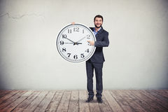 Zakenman met grote ronde klok in zijn handen Stock Foto's