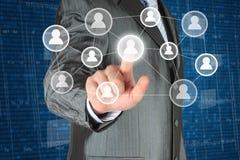 Zakenman met hand het drukken virtuele sociale media Stock Afbeeldingen