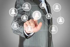 Zakenman met hand het drukken virtuele sociale media knoop Stock Foto