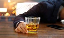 Zakenman met het glas van de whiskybourbon, gedronken slaap royalty-vrije stock afbeelding