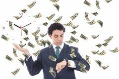 Zakenman met klok op zijn palmconcept die door geld wordt omringd Stock Foto's