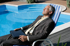 Zakenman met laptop computer Stock Foto