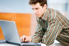 Zakenman met laptop computer Royalty-vrije Stock Foto's