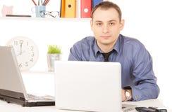 Zakenman met laptop computer in bureau Stock Foto's