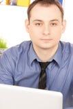 Zakenman met laptop computer in bureau royalty-vrije stock foto