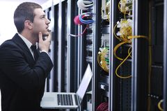 Zakenman met laptop in de ruimte van de netwerkserver Royalty-vrije Stock Afbeelding