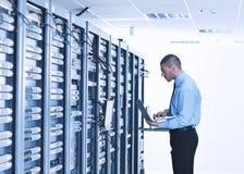 Zakenman met laptop in de ruimte van de netwerkserver Stock Foto's