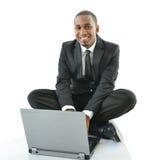 Zakenman met laptop zitting op vloer Royalty-vrije Stock Foto's
