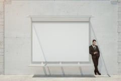 Zakenman met lege whiteboard Stock Foto's