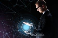 Zakenman met licht boven transparante tabletpc Stock Foto's