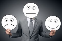 Zakenman met masker van verschillende emoties De glimlach van de zakenmanholding en droevig masker Conceptueel beeld van een mens stock afbeeldingen