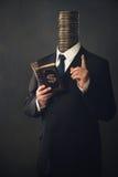 Zakenman met moraal die vinger en handboek voor het maken van m richten royalty-vrije stock afbeeldingen