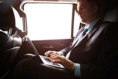 Zakenman met notitieboekjezitting binnen een vliegtuig royalty-vrije stock afbeeldingen
